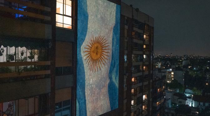 Misión concientizar: VJs de Argentina y Perú iluminaron sus ciudades con mensajes de apoyo y llamado a la acción
